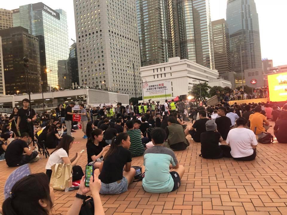 愛丁堡廣場下午有逾百人聚集。香港突發事故報料區Jessica Liu圖片