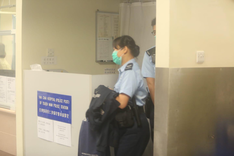 仁濟醫院警員晚上離開警崗。