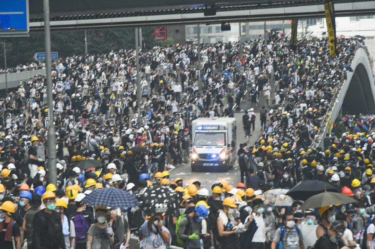 消防處指示威者堵塞馬路阻礙救護車。資料圖片