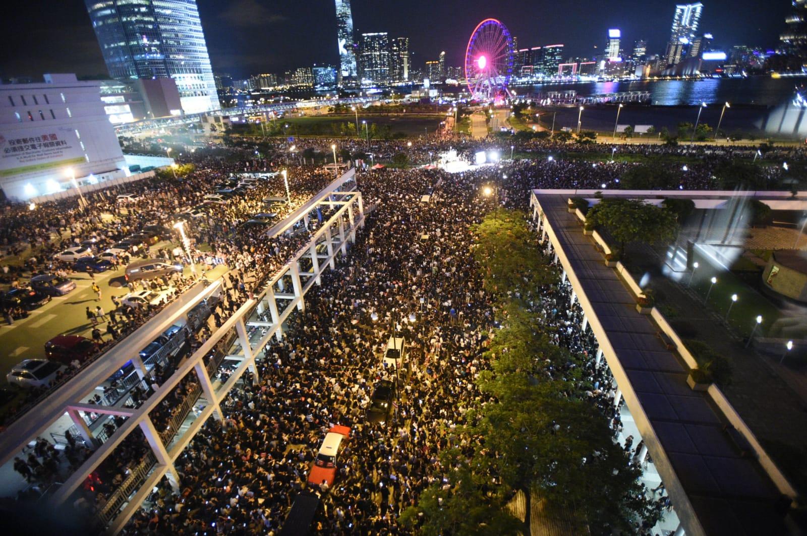 入夜後大批市民聚集。
