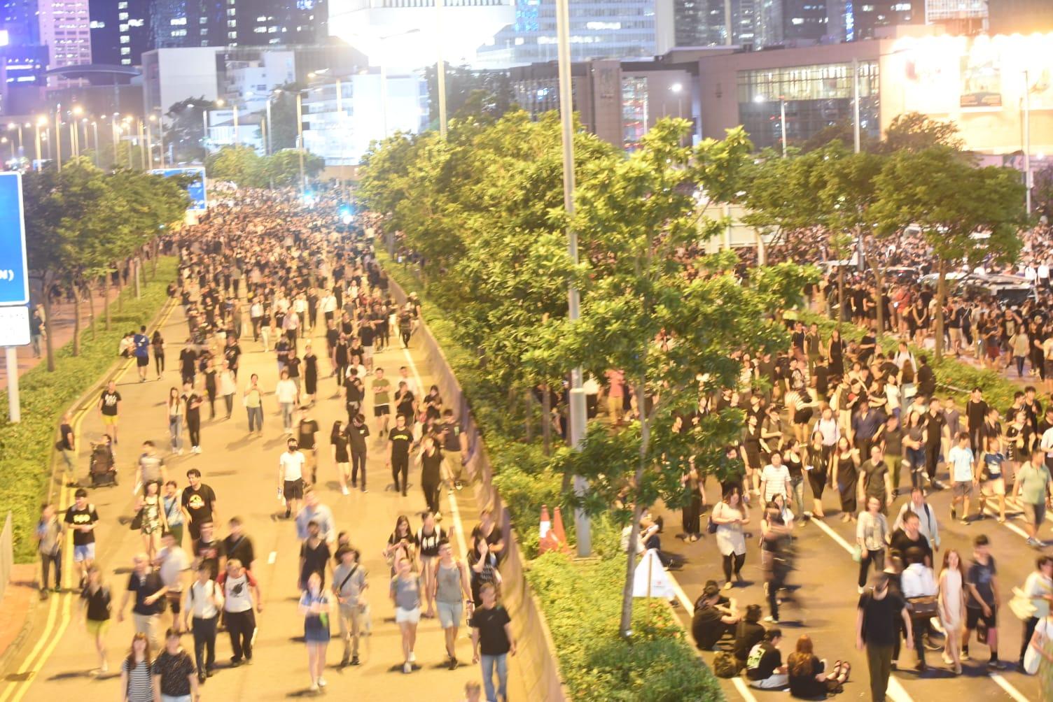 身穿黑衣市民龍和道聚集。