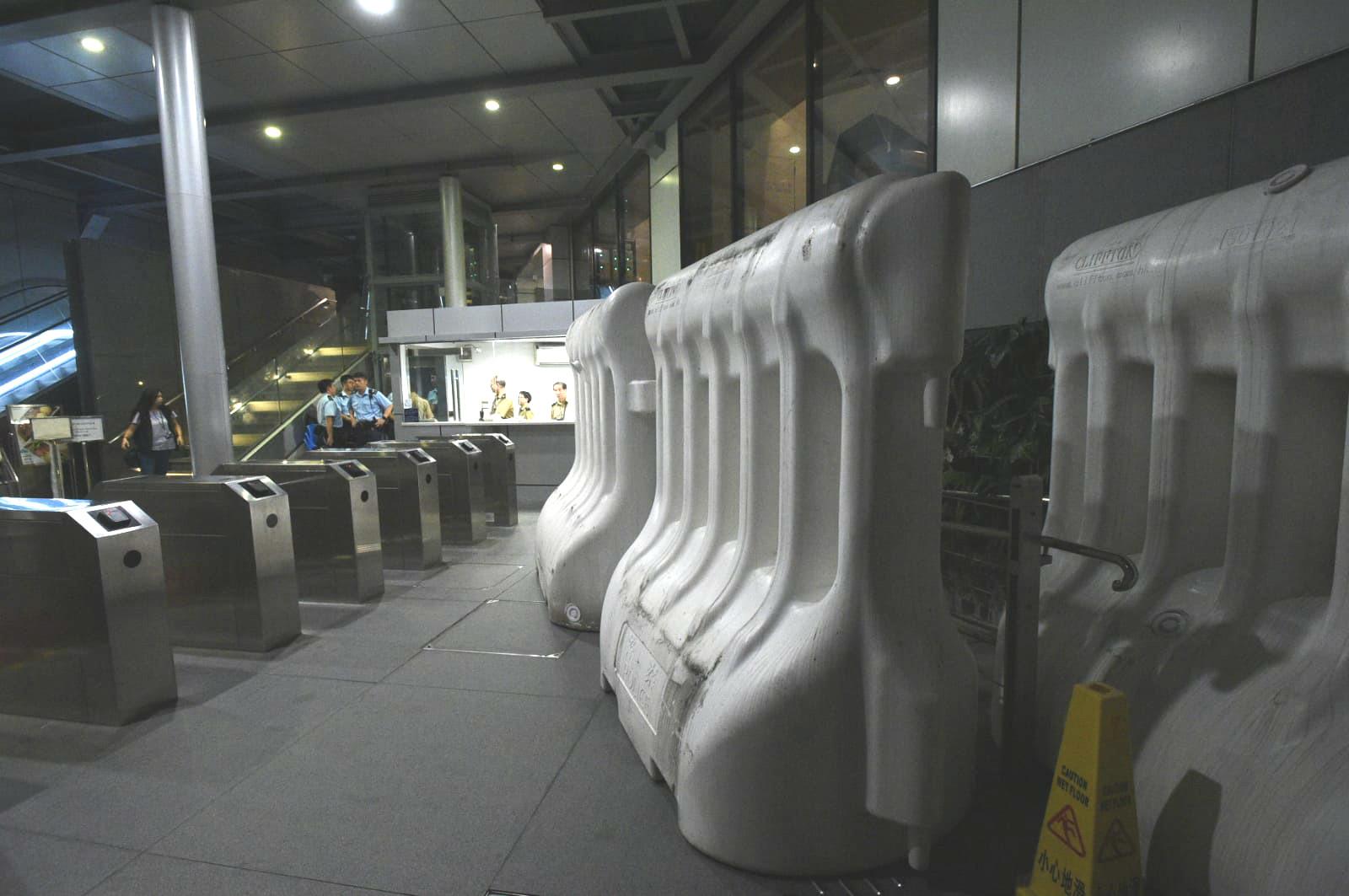 警察總部設置大型水馬。