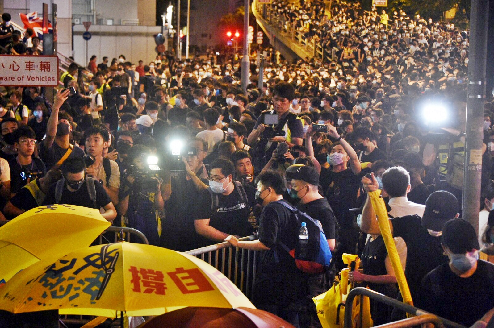 示威者再圍堵警總。