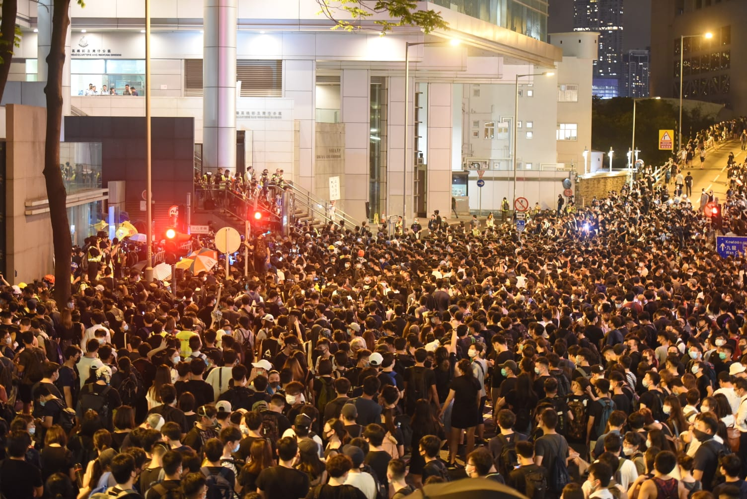 警總被大批示威者包圍。
