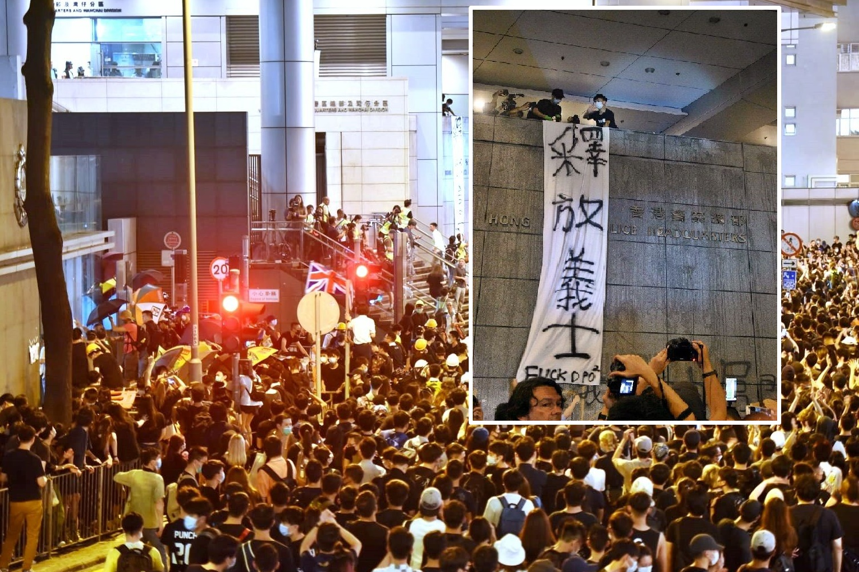 有示威者在牆外掛上釋放義士橫額。
