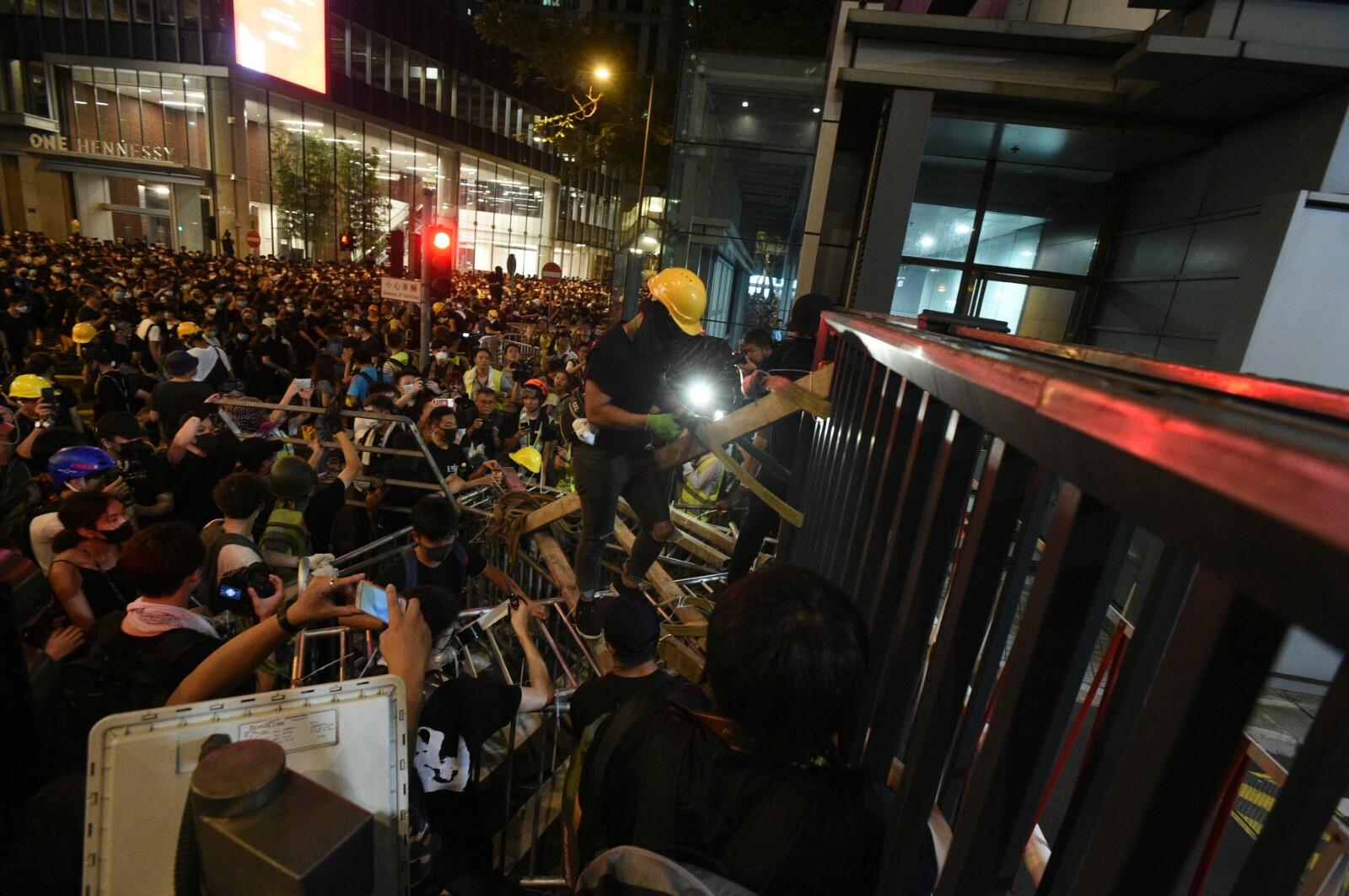 大批示威者深夜包圍警總。