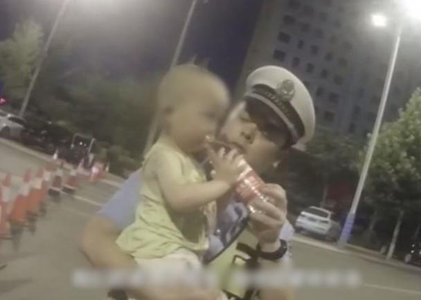 男嬰獲救後大口喝水。網圖