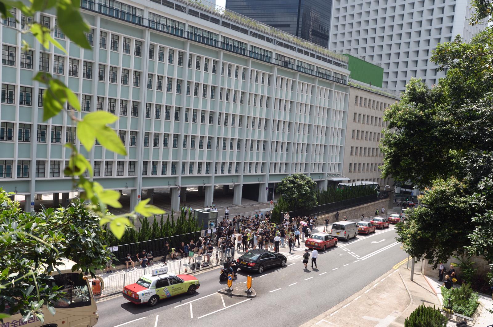 位於中環的律政中心外聚有示威者。