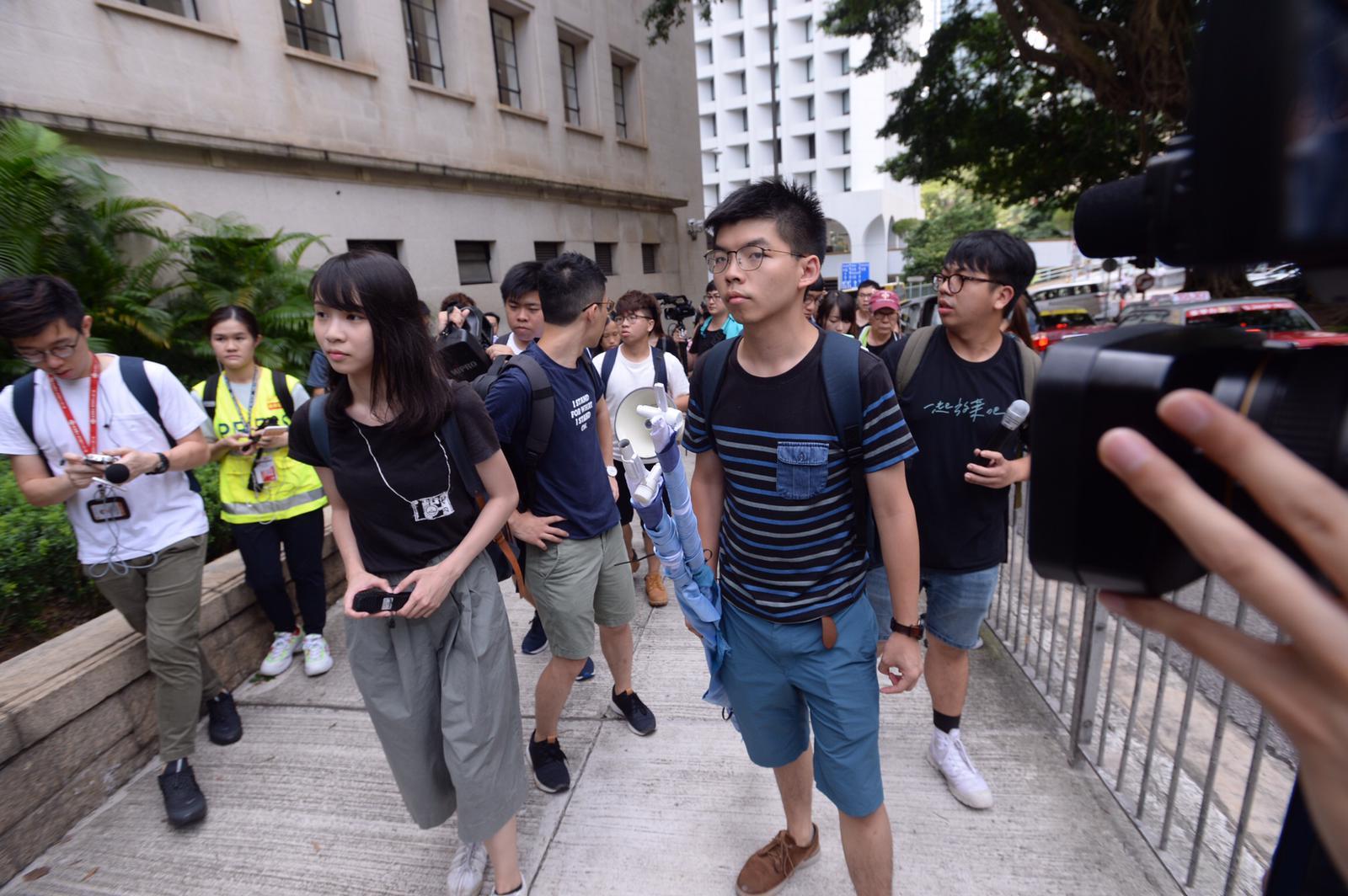 香港眾志十多人到場外高喊口號。