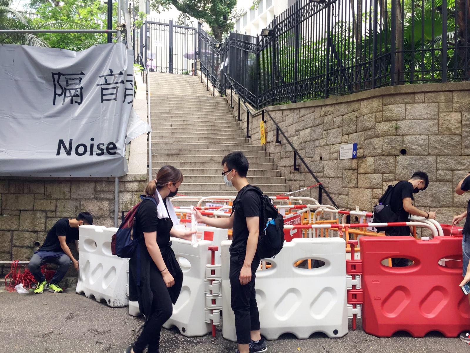 有示威者搬水馬圍封律政中心。