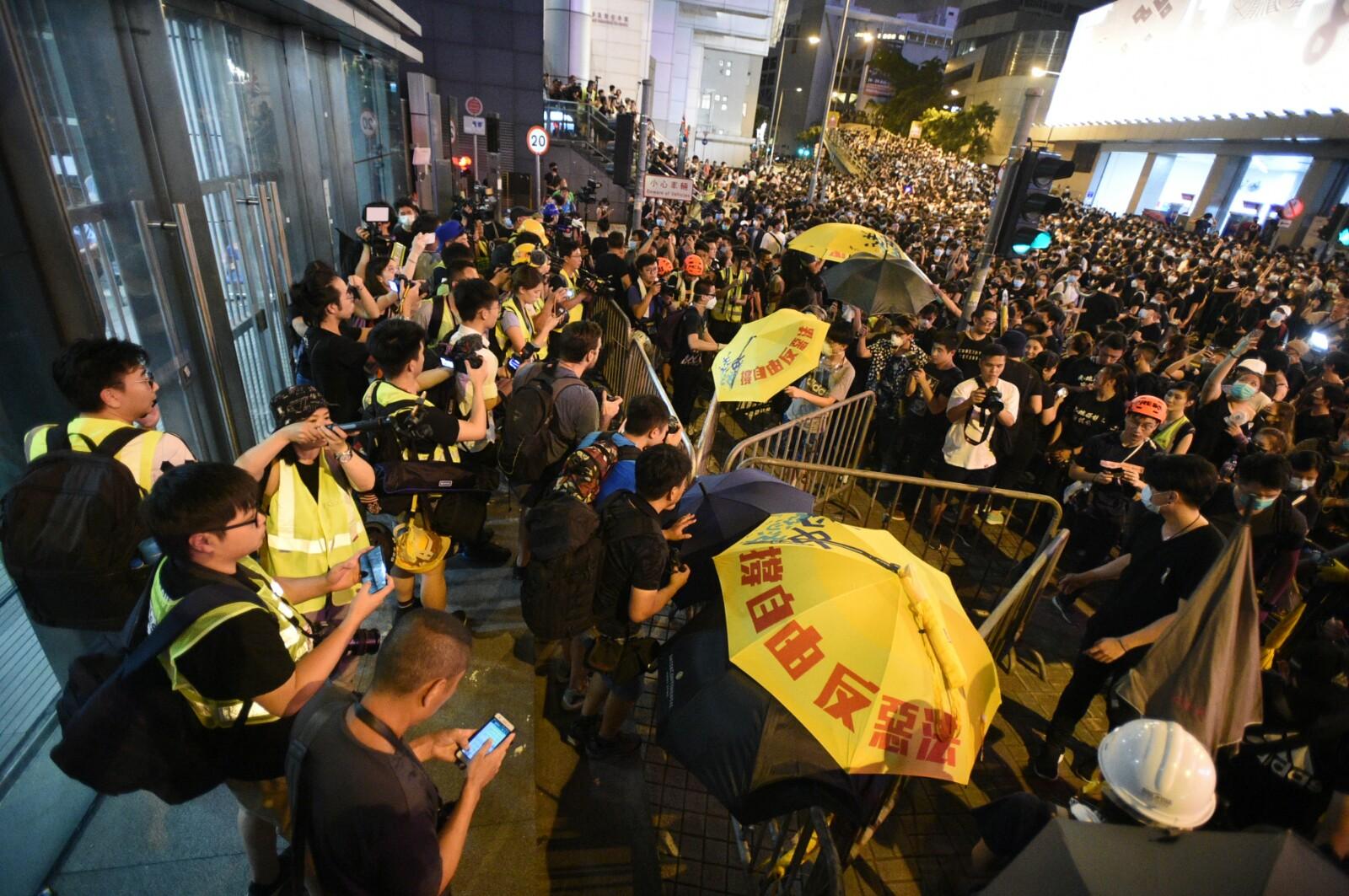 有示威者昨晚包圍警察總部。