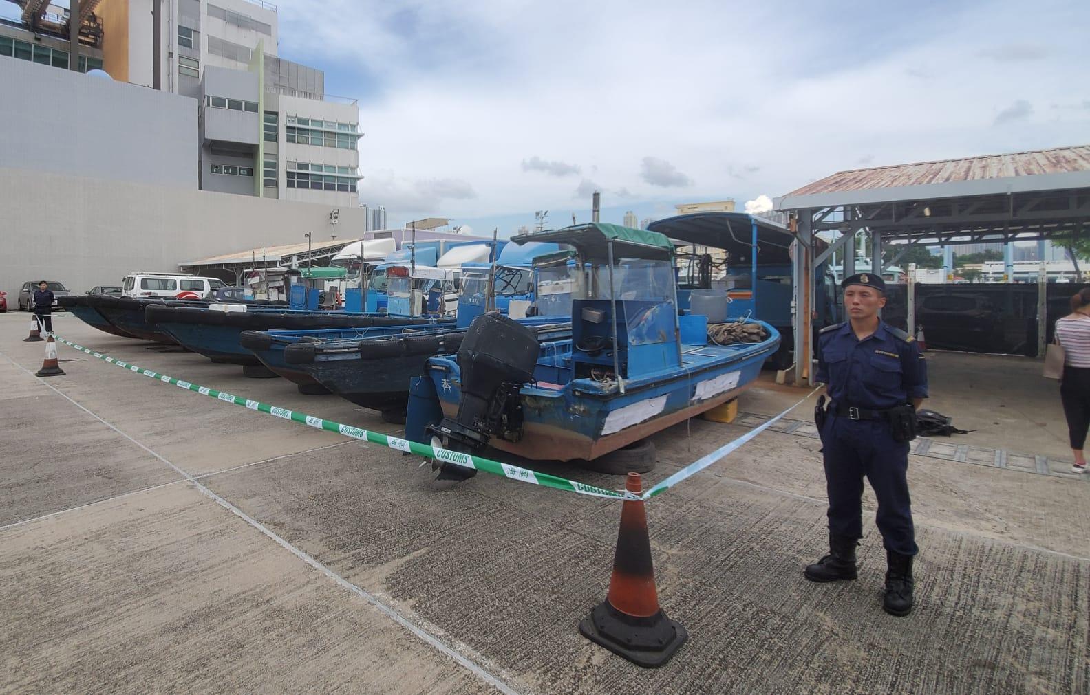 行動中扣查了6輛貨車和8艘快艇。