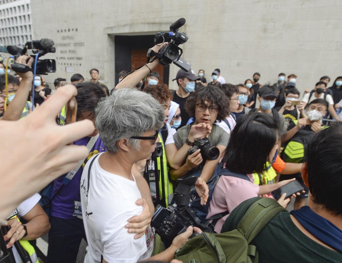 有無綫新聞攝影師(白衣)被示威者包圍、驅趕。