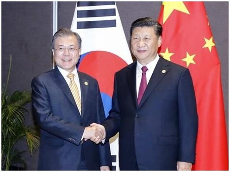 習近平(右)與文在寅(左)會晤,雙方談論朝鮮半島無核化。網圖