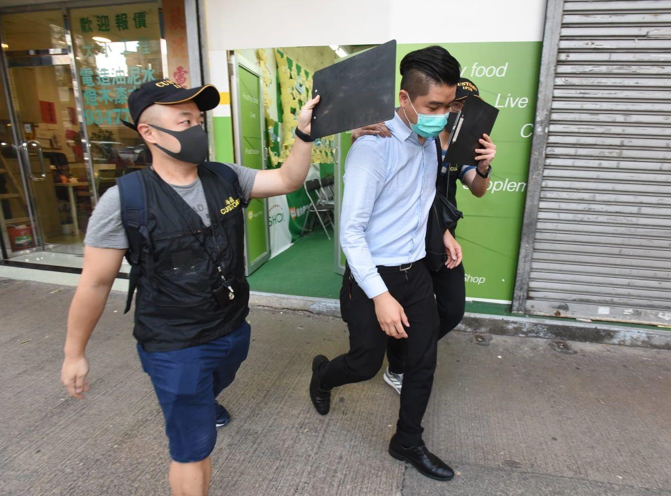 兩名店員被捕。