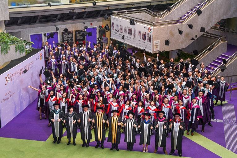 演藝學院畢今年有306人畢業。