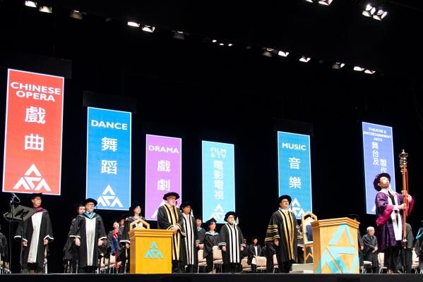 演藝學院校董會主席周振基主持第33屆畢業典禮。