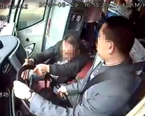 醉男為5元車費搶巴士軚盤 揚言要攬住死