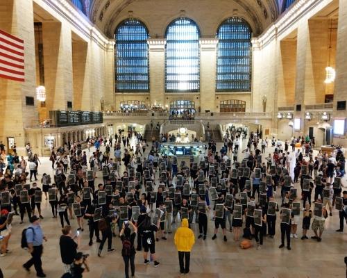 【逃犯條例】黑衣人快閃紐約火車站 舉《紐時》廣告反修例