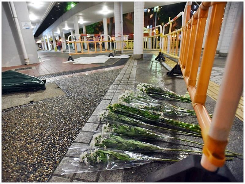 市民獻花悼念。