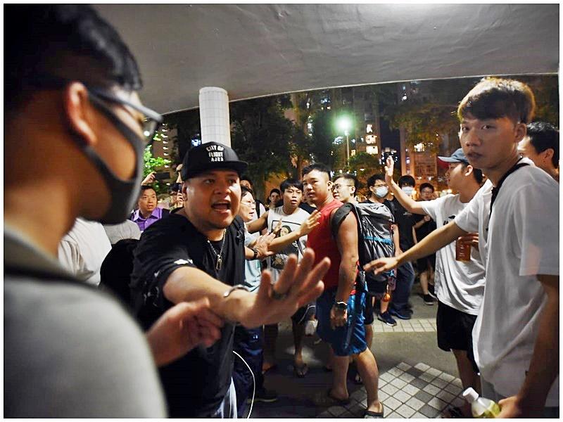 紅衣男子與路祭人士起衝突。