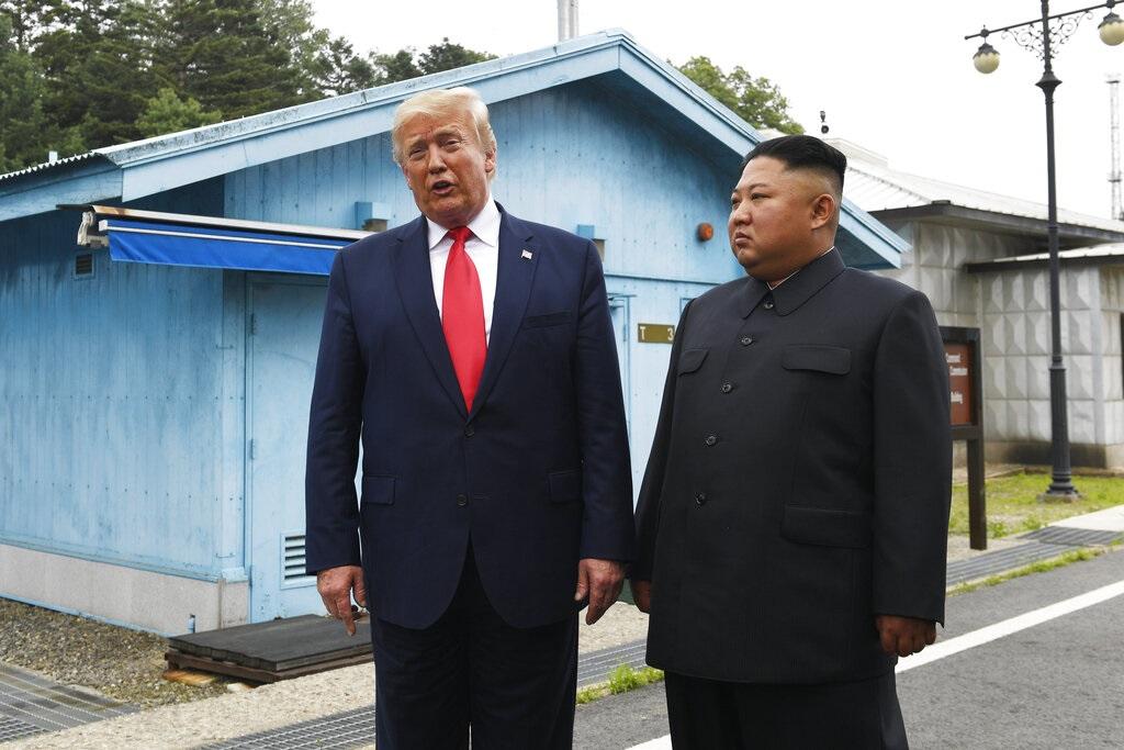 特朗普與金正恩在藍色小屋前會談。AP圖片