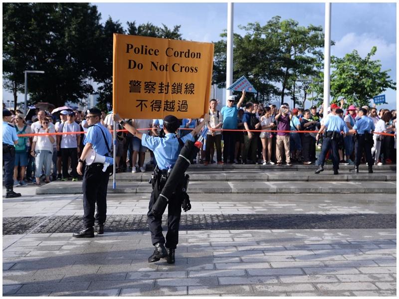 警方舉黃旗分隔兩批人士。