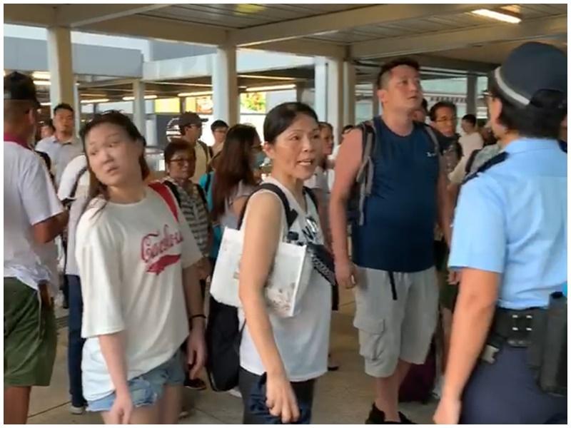 海富中心天橋有撐警人士激動責罵反修例示威者。
