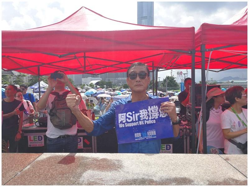 【逃犯條例】譚詠麟梁家輝等藝人現身撐警集會 有市民為警撐傘