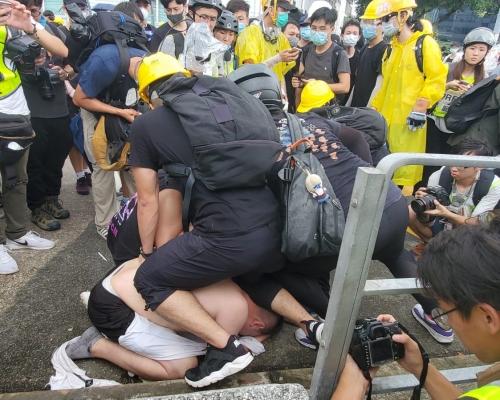 【七一回歸】疑近拍示威者容貌起衝突 男子遭黑衣人按地坐背