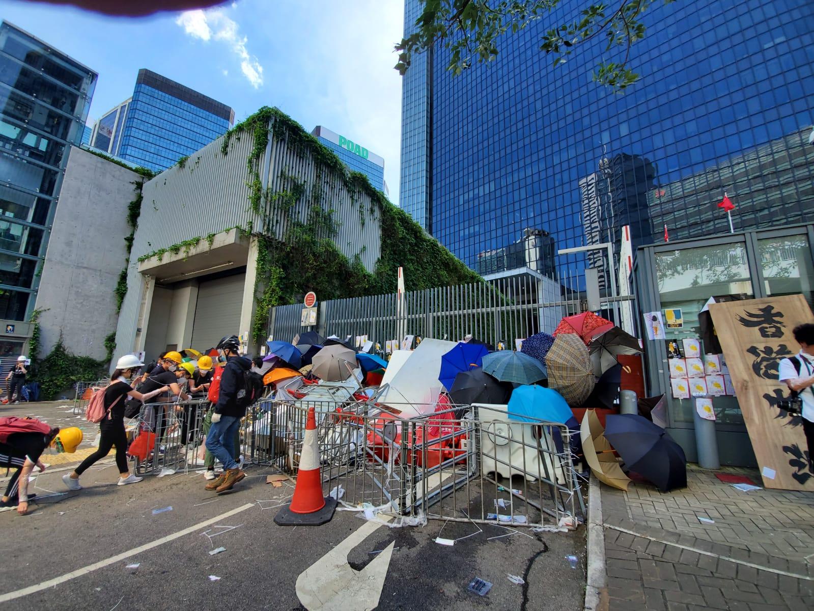示威者堵塞政總卸貨區入口。