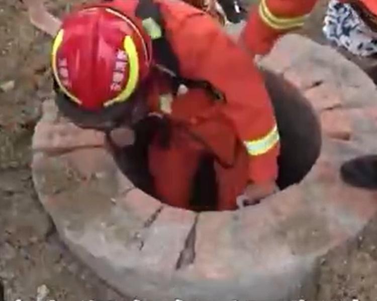少年情急之下鑽入下水道消防下去救人。網圖