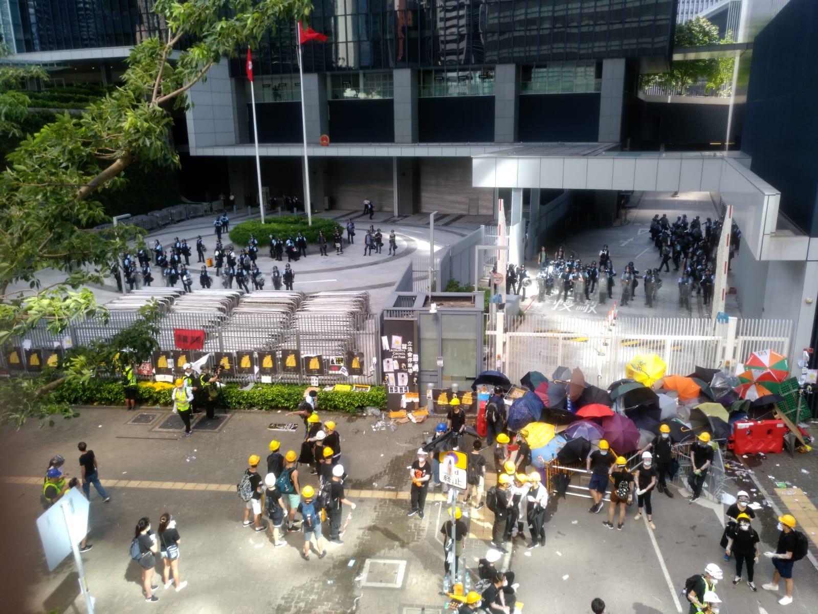示威者堵塞政總入口。