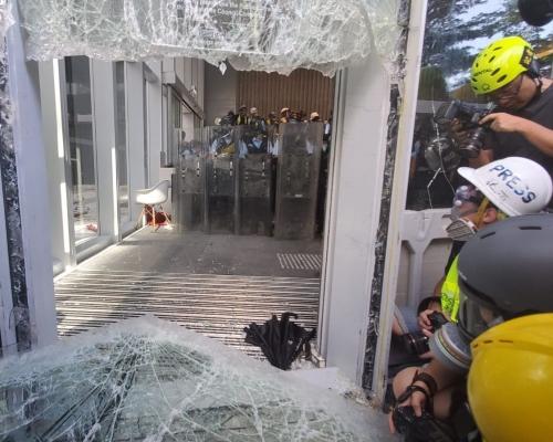 【七一回歸】示威者鐵籠車衝擊立會撞毀玻璃門 警向黑衣人噴椒