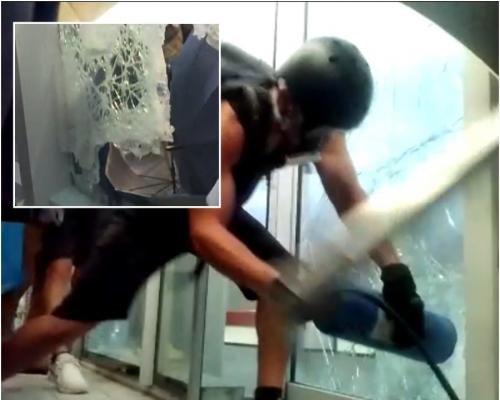 【七一回歸】示威者拆示威區鋼板撞爆玻璃門衝入 立會大?#21069;l紅色警示