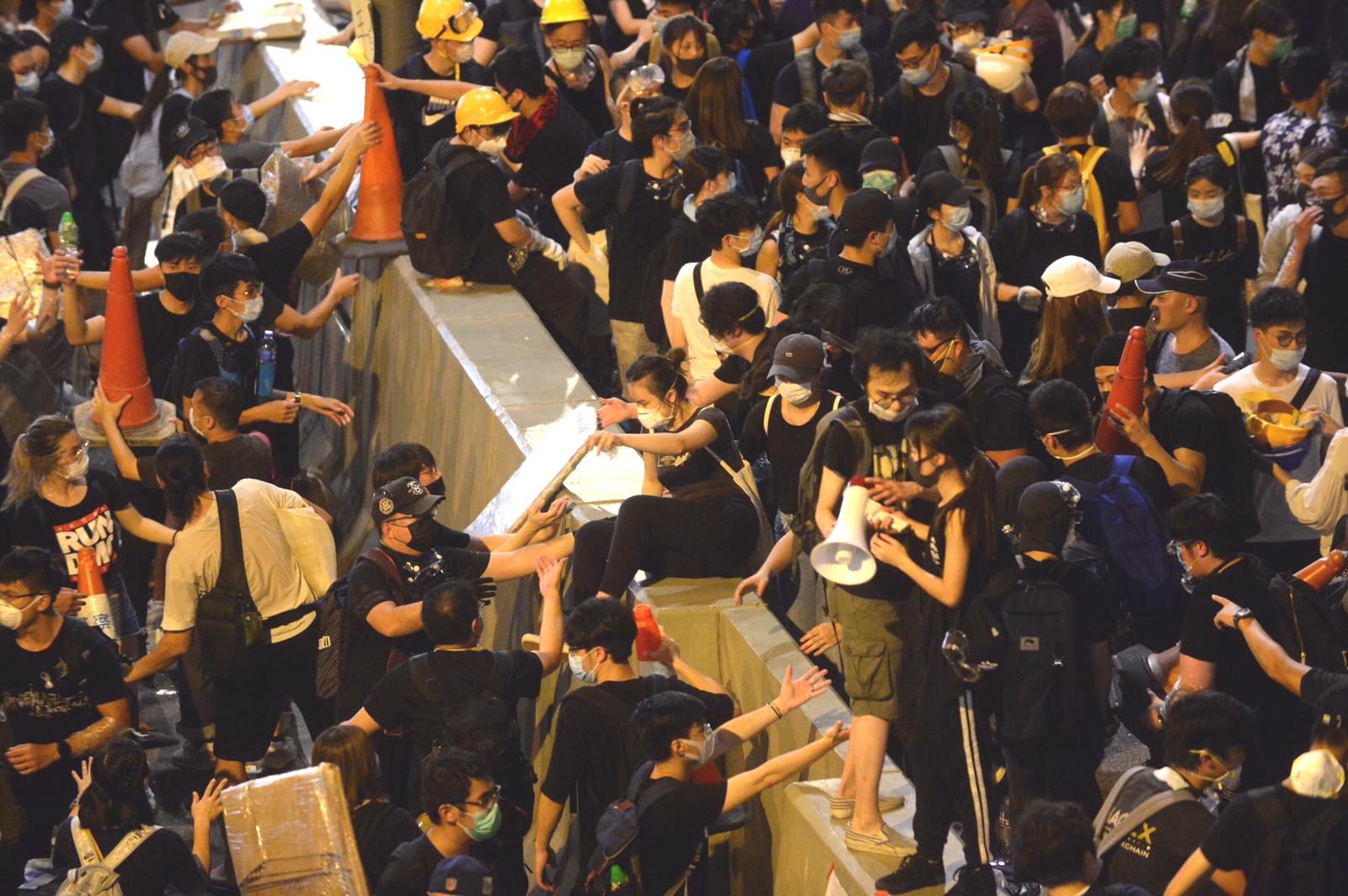 大批示威者佔據夏慤道