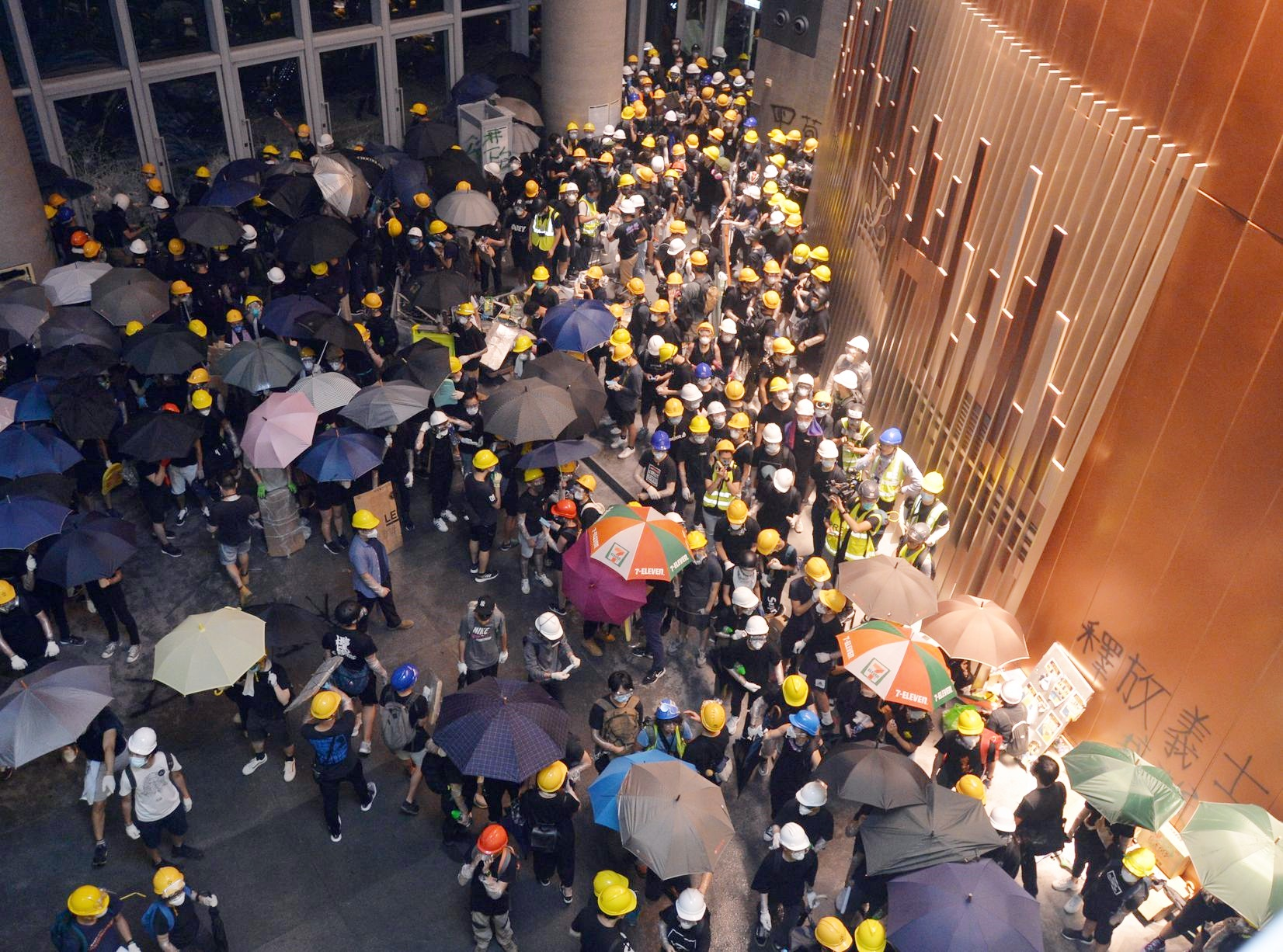 大批示威者昨衝入立法會,導致大樓多處損毀。資料圖片