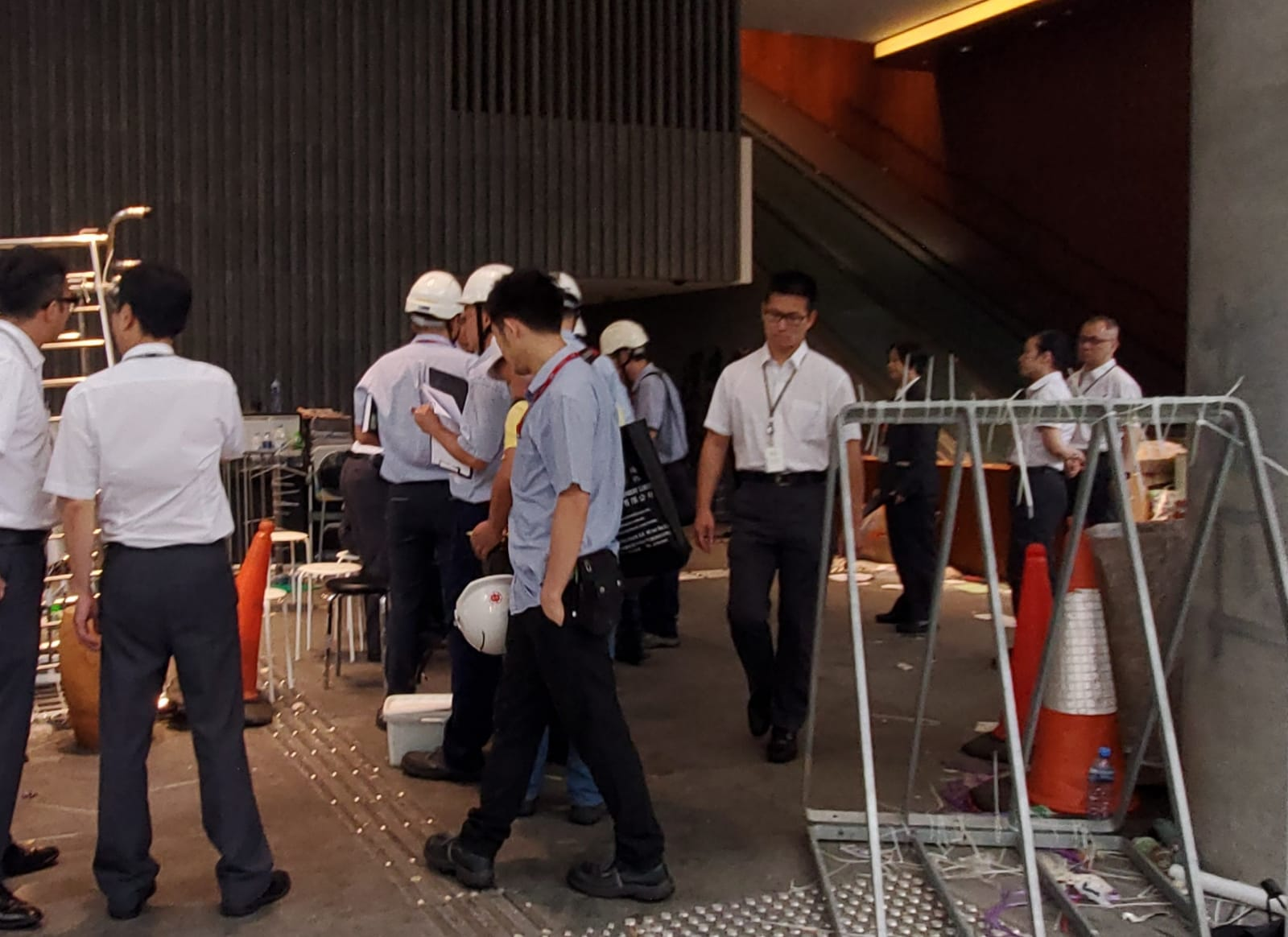 【逃犯條例】港燈職員檢查立法會旁變壓站 確認運作正常