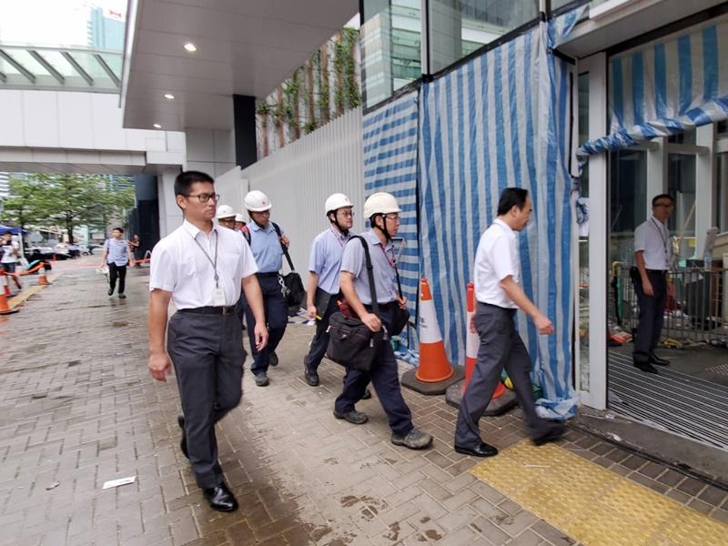 港燈職員檢查立法會旁變壓站。