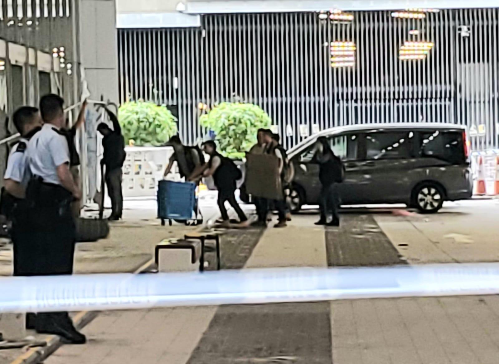 警方帶備用來盛載證物的藍色膠箱到立法會調查和搜證。