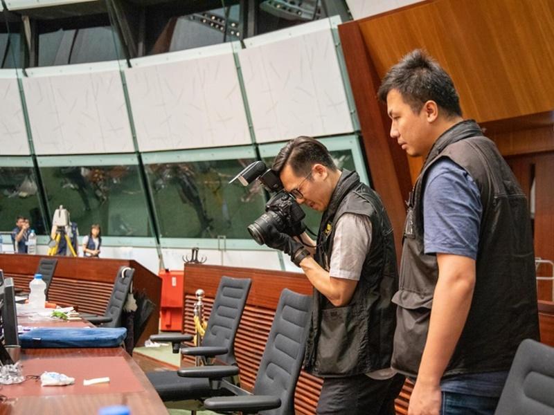 警方在立法會大樓搜證。香港警察fb