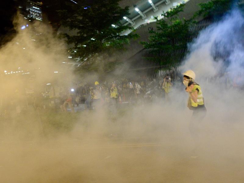 警方1日凌晨展開清場行動施放催淚彈驅趕留守立法會大樓示威者。資料圖片