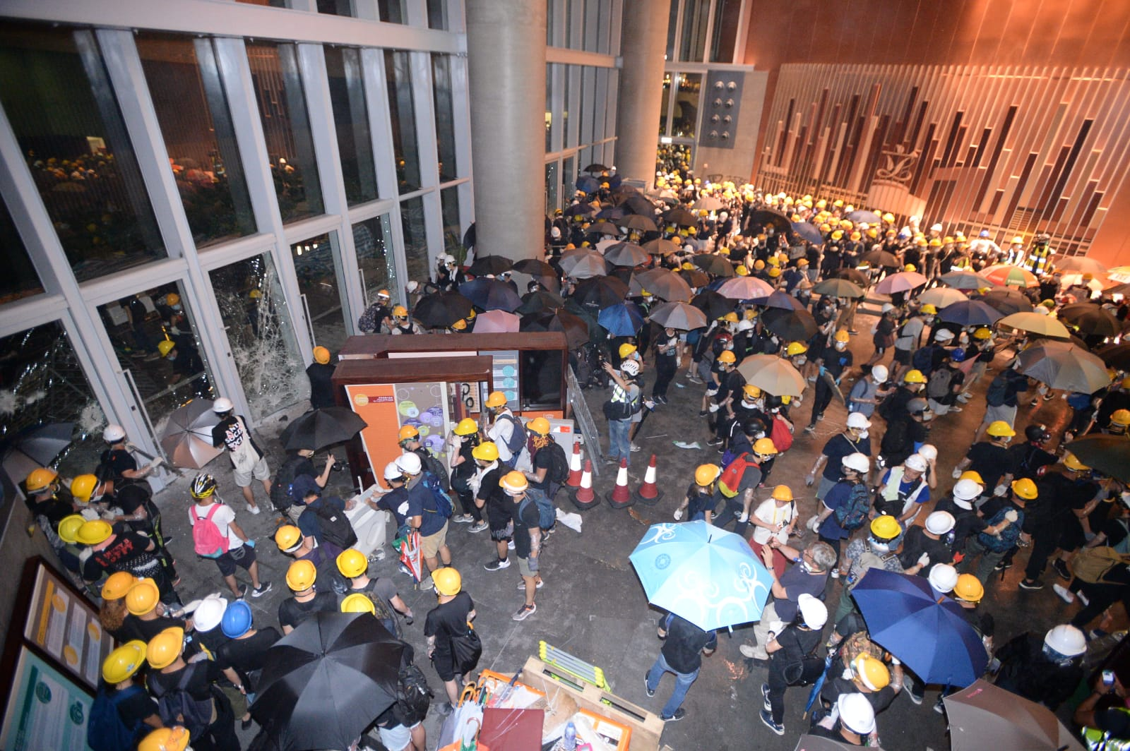 大批示威者前日闖入立法會大肆破壞。資料圖片