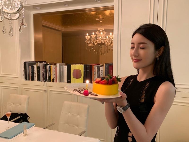 林夏薇捧蛋糕影相。網圖