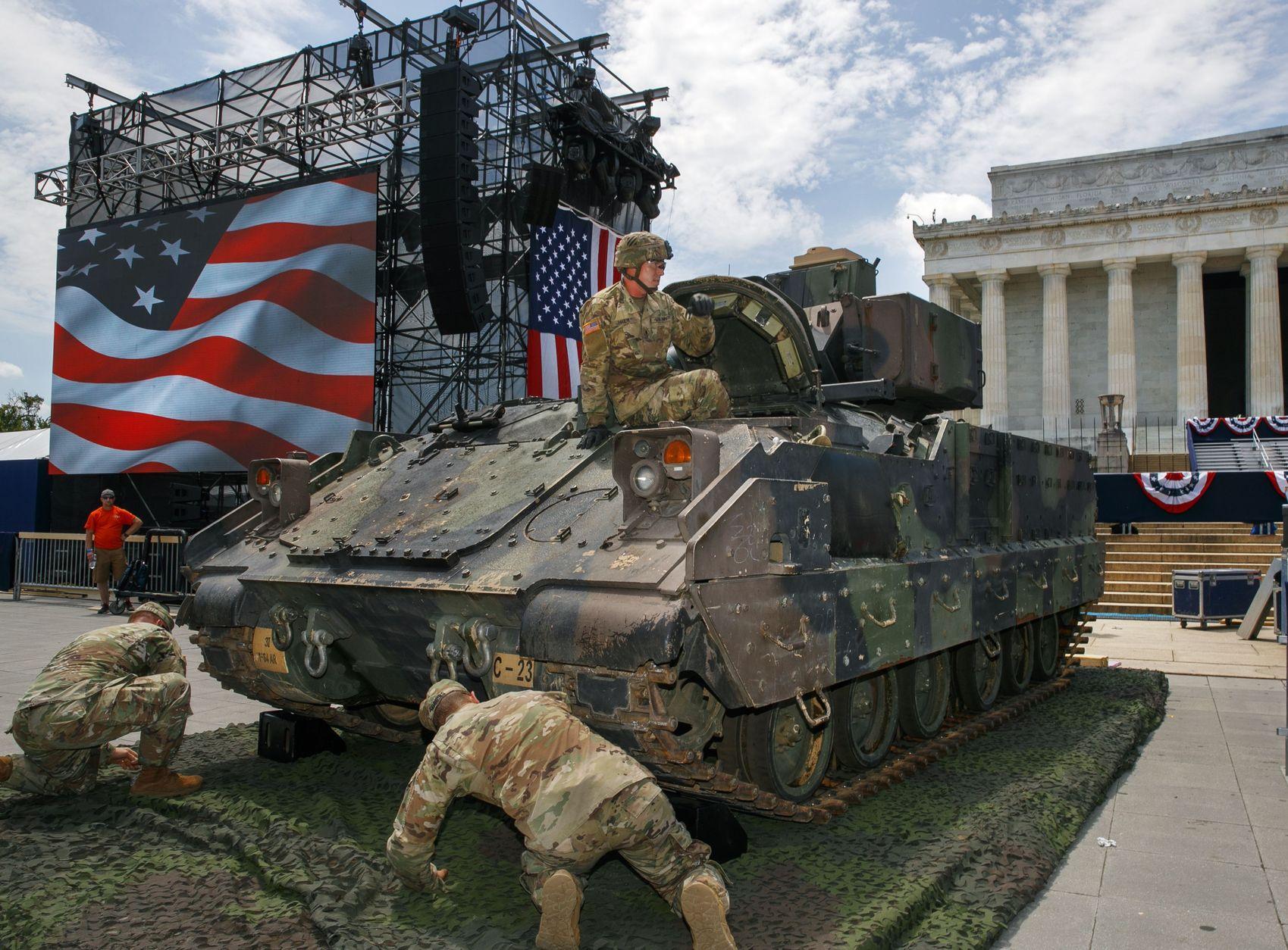 特朗普指示國防部安排坦克及各款戰機亮相展示實力。AP