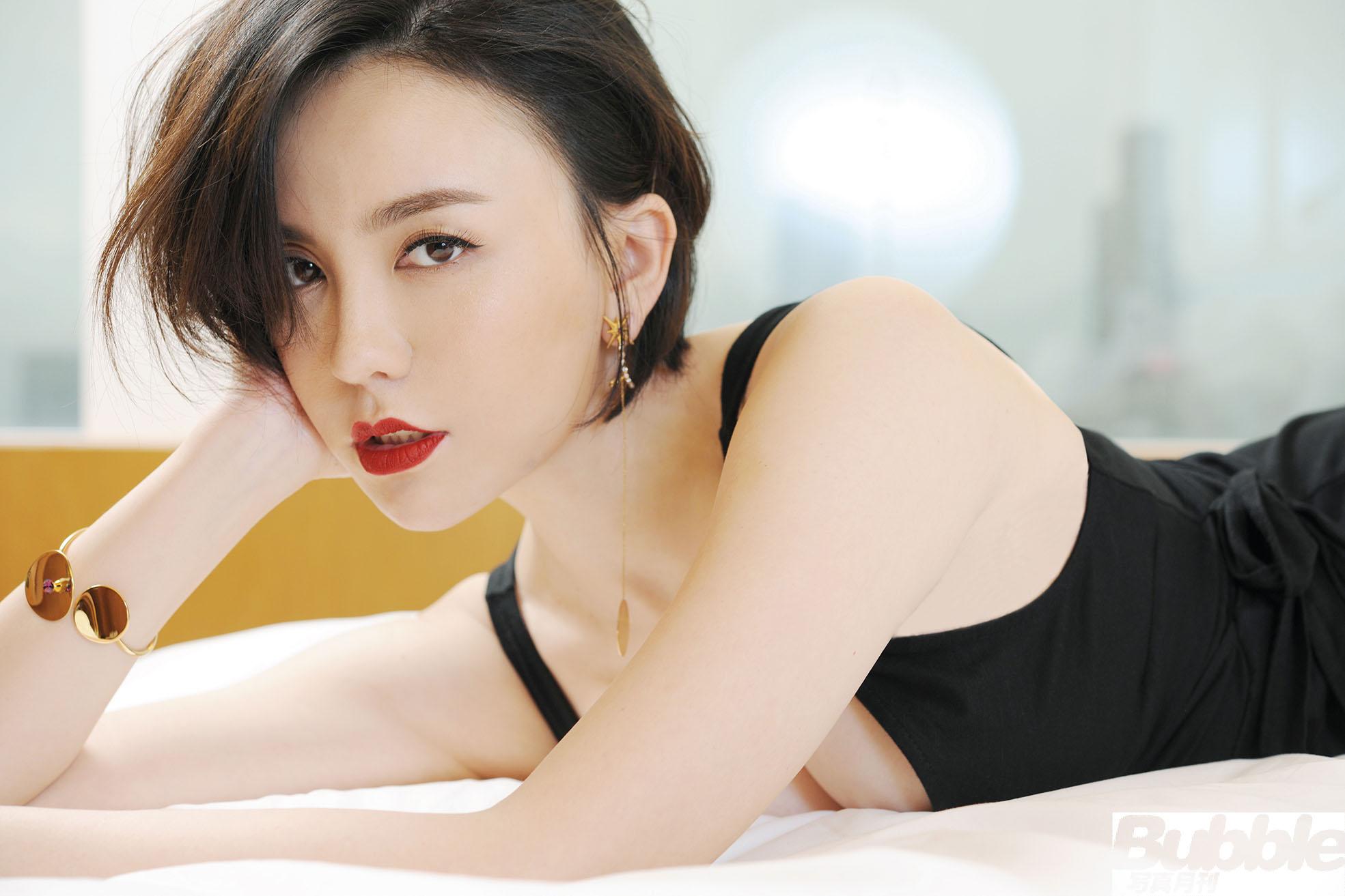 呂佳容將於7月份香港書展期間推出個人首本寫真集《泡沫》。