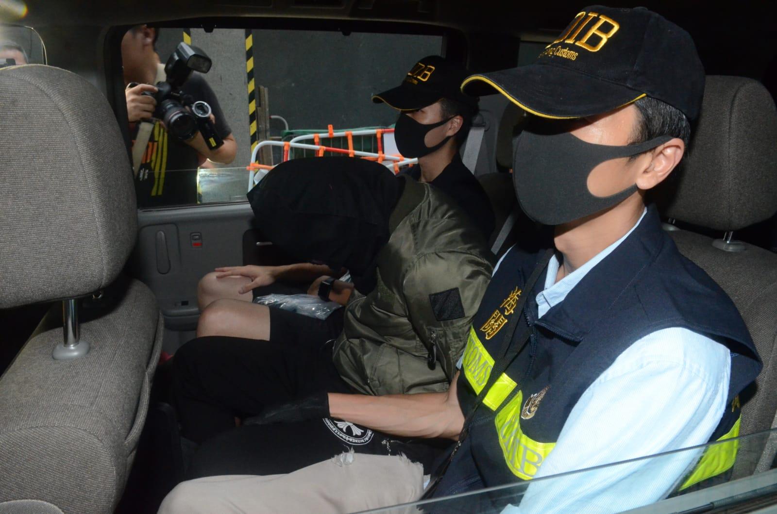 海關拘捕一名26歲無業男子(中)。