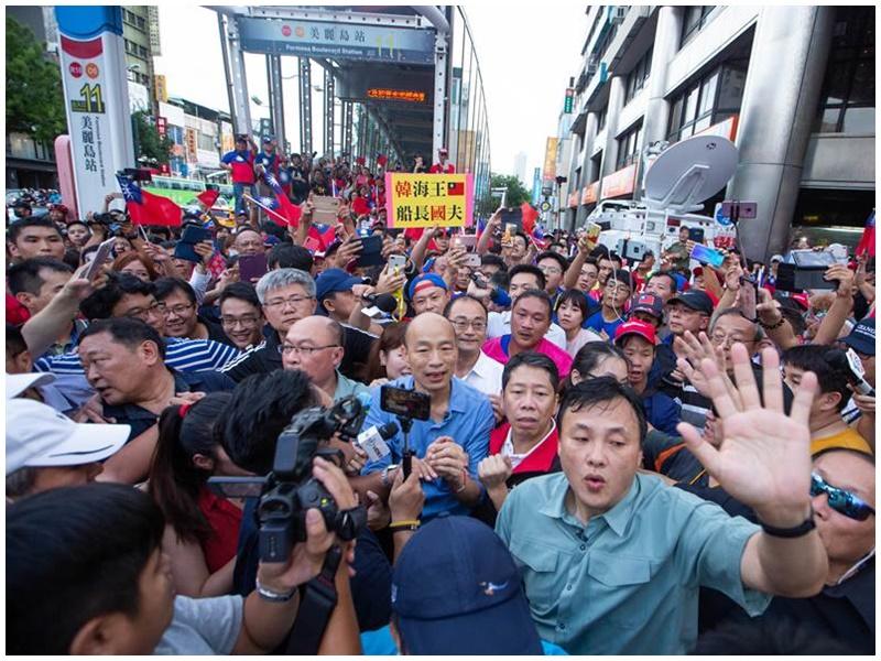 韓國瑜從捷運站步出引騷動。網圖