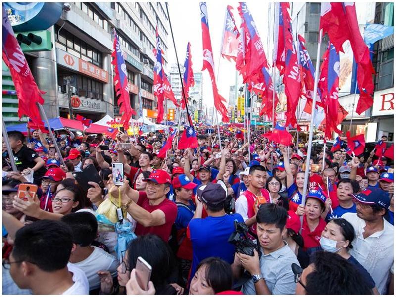 支持者逼滿夜市大街。網圖