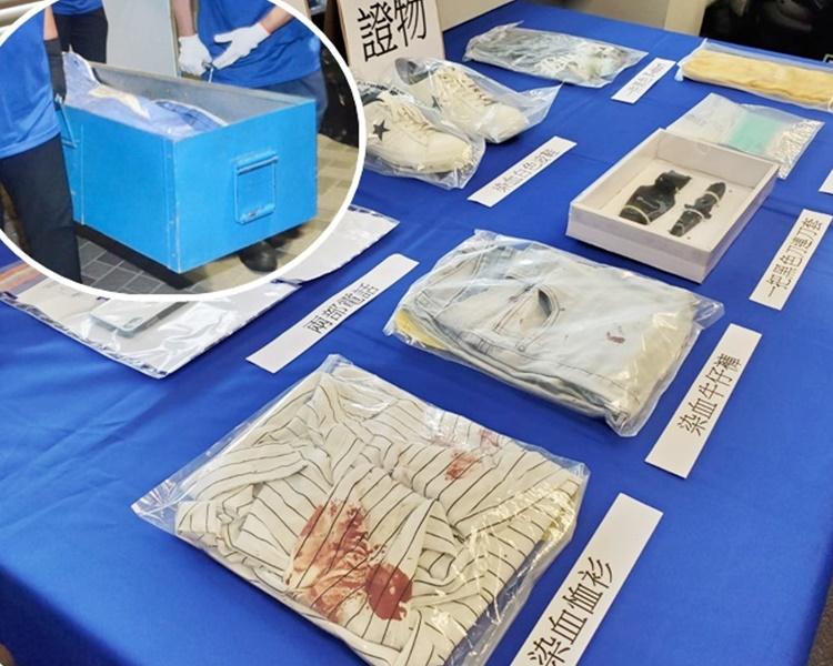 警方展示檢獲的證物,包括血衣。小圖為仵工移走死者遺體。